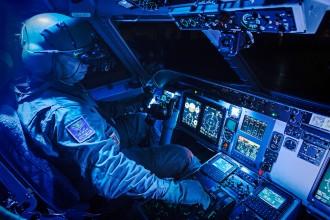 Piloto na cabine do C-105