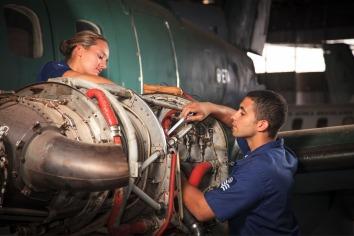 Manutenção do motor de um avião