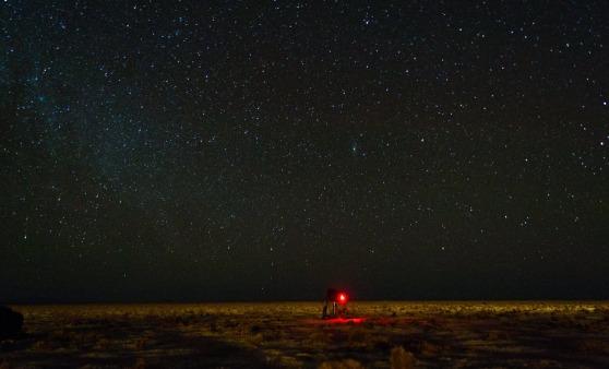 Enquanto a uma câmera fotografa as estrelas, a outra fotografa a câmera. Foto: Alexandre Camargo