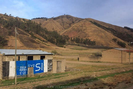 Casas de adobe e campanha política pintada em varias delas