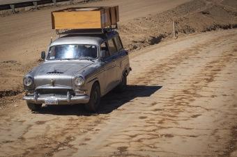 Muitos carros de coleção (antigos) no caminho