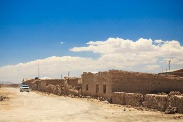 No caminho, muitas casas erguidas em adobe.