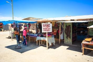 Feirinha de artesanatos e banheiro em Colchani.