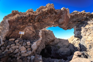 No topo da Ilha Incahuasi, encontramos a prova de que aqui já foi mar ao observar corais petrificados.