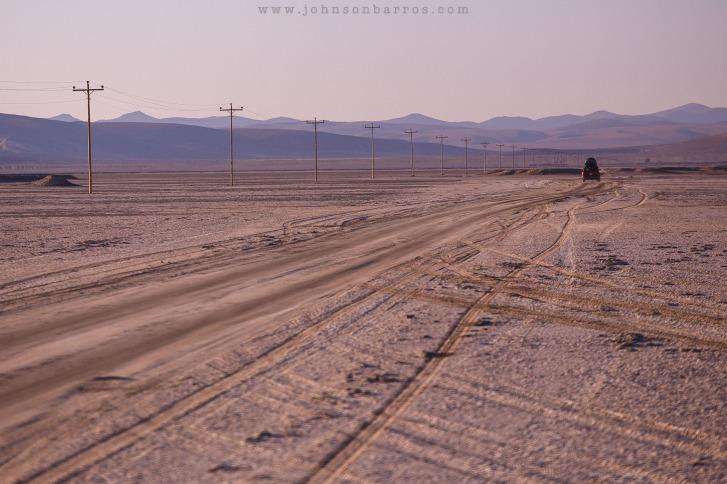 A estrada sobre um salar de borax.