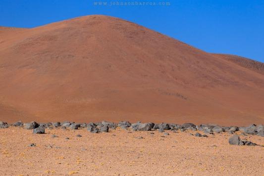 Rochas postas cuidadosamente sobre o solo por uma erupção vulcânica