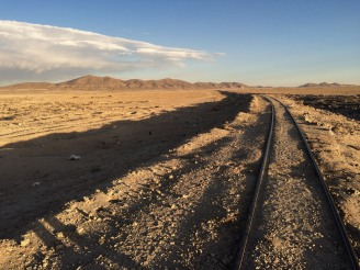 Linha férea até o cemitério de trens.